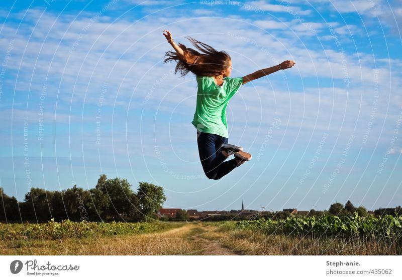 Up Mensch Himmel Jugendliche blau grün Sommer Junge Frau Freude Wolken feminin Gras Freiheit Glück springen natürlich Feld