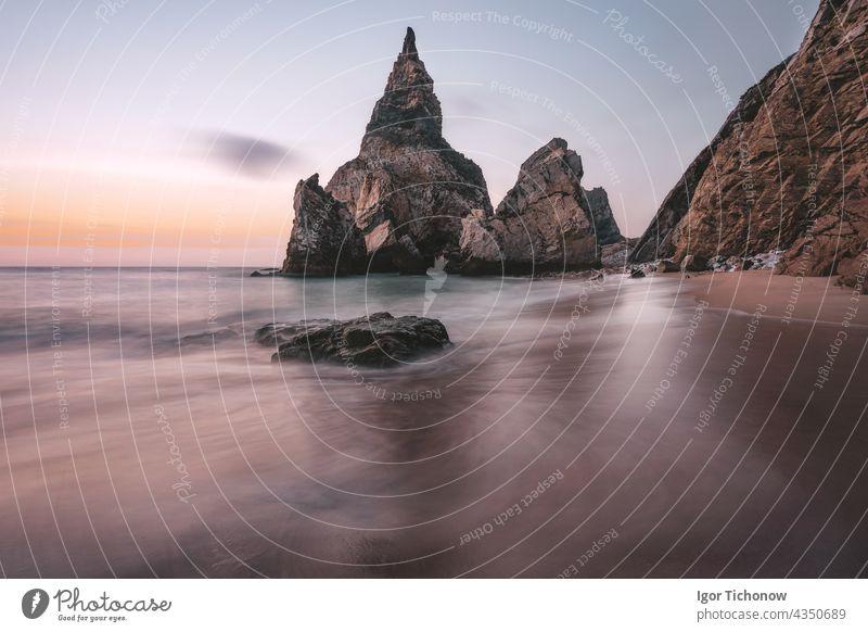 Felsen am Portugal Ursa Beach an der Atlantikküste im Licht des Sonnenuntergangs. Schaumige Wellen rollen auf malerische Landschaft Urlaub Szene atlantisch