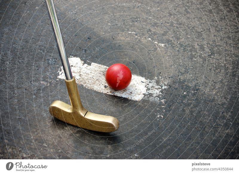 Golfschläger mit Ball auf einer Minigolfbahn Minigolfschläger Kindergeburtstag Spielen Schlag Golfball Freude Sommer Sport Golfplatz Geburtstag Abschlag