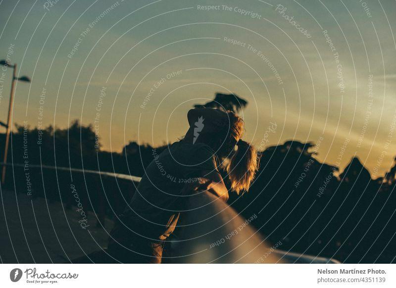 Porträt einer Frau in der Silhouette in den Sonnenuntergang goldene Stunde blond Kaukasier Menschen im Freien Person attraktiv Lifestyle schön Himmel vereinzelt