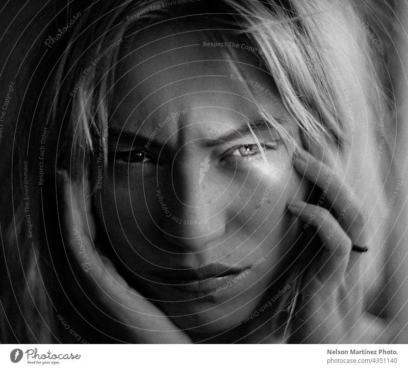 Schwarz-Weiß-Porträt einer schönen Frau mit einer Reflexion in ihrem Auge Schwarzweißfoto Kaukasier Lifestyle Reflexion & Spiegelung ernst selbstbewusst