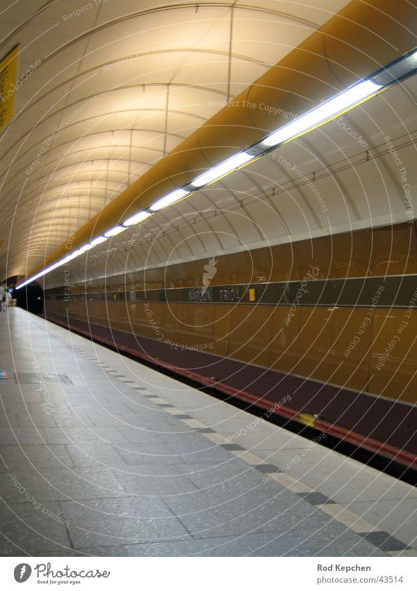 Subway U-Bahn Tunnel Kunstlicht Bahnsteig Untergrund Prag Verkehr Station gestellt Prague