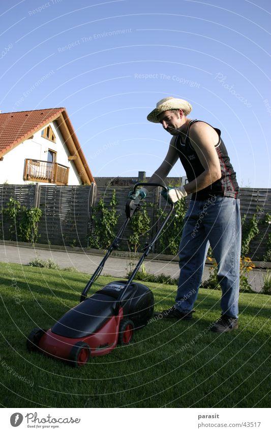 Der Rasenmähermann Mann Sonne frisch Rasen Hut elektrisch Rasenmäher rasenmähen