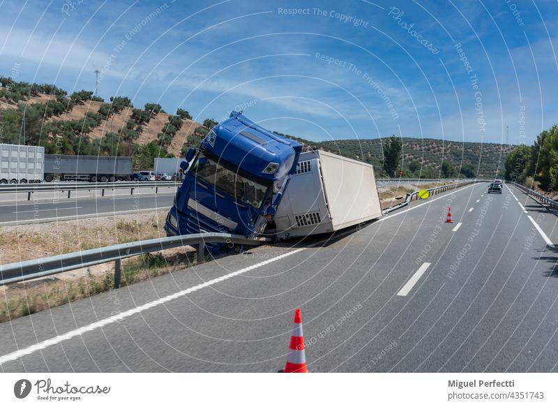 Lkw mit verunglücktem Kühlauflieger, umgestürzt bei der Ausfahrt der Autobahn im Mittelstreifen der Autobahn. camion Accidente Vuelco Frigorifico Anhänger
