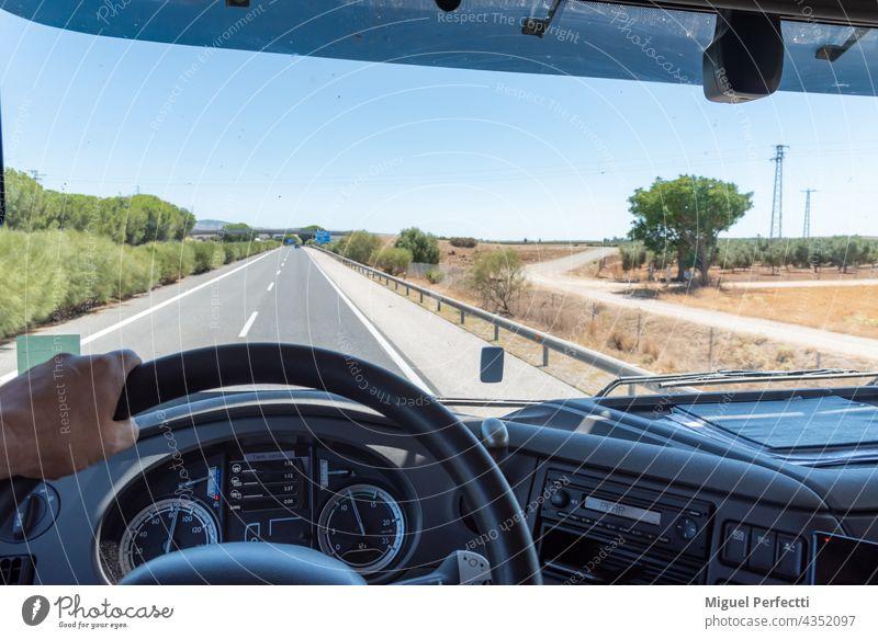 Panoramablick aus dem Inneren eines LKW, der auf einer Autobahn fährt. camion Salpicadero Leiterbahn Mano Innenbereich Karretera autopista Conducir Volante