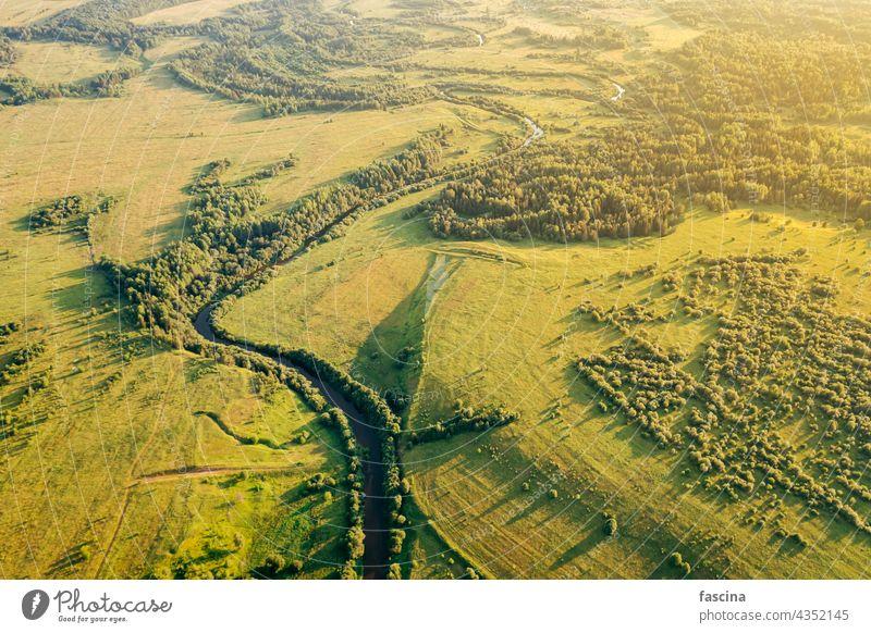 Felder und schmaler, gewundener Fluss aus der Vogelperspektive nachhaltig Sonnenuntergang Ackerbau Konzept Ökologie Natur Licht Landschaft Dröhnen ländlich grün