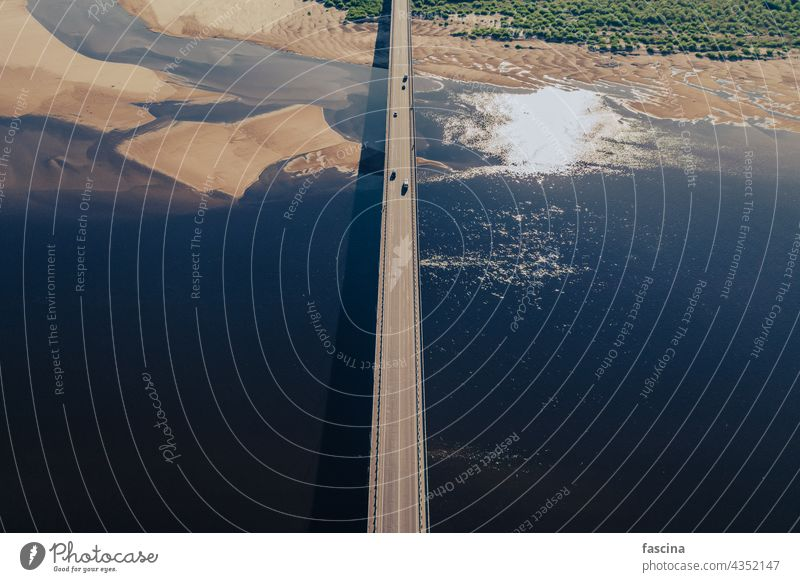 Luftaufnahme der Brücke über den Fluss im Licht des Sonnenuntergangs Antenne Ansicht Autos erstaunlich Vögel Auge blau Wasser Oberfläche Sand Inseln Dunes