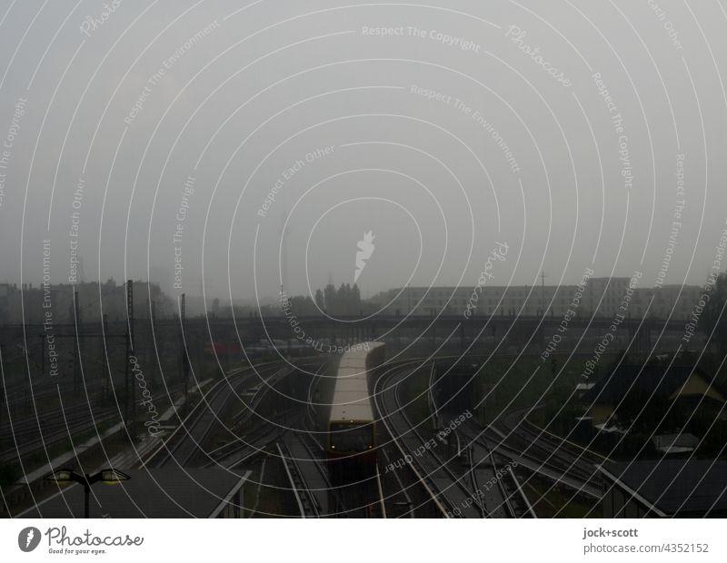 Starker Regen an einem Sommertag in der Großstadt Bahnanlage S-Bahn Berliner Fernsehturm Brücke Wahrzeichen Silhouette Bahnhof Öffentlicher Personennahverkehr