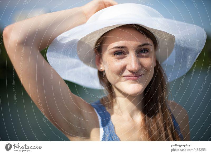 a summer day II Mensch feminin Junge Frau Jugendliche Erwachsene Leben Körper Kopf 1 18-30 Jahre Natur Sommer Schönes Wetter Küste Seeufer Flussufer T-Shirt Hut