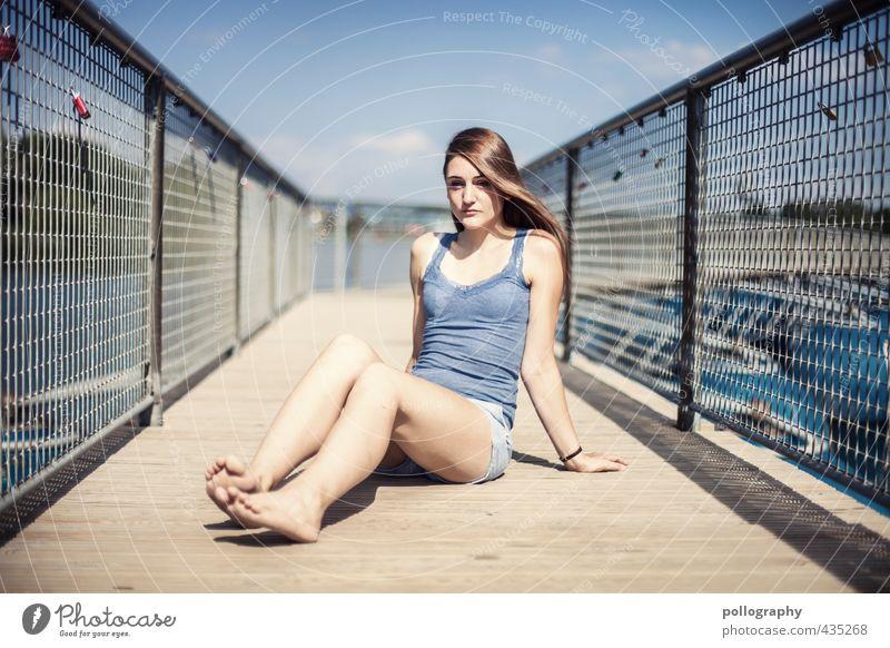 the last summerdays Mensch feminin Junge Frau Jugendliche Erwachsene Leben Körper 1 18-30 Jahre Natur Sommer Schönes Wetter Seeufer Teich Brücke T-Shirt