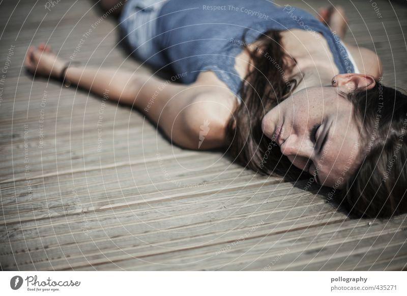 1, 2 oder 3 (III) Mensch feminin Junge Frau Jugendliche Erwachsene Leben 18-30 Jahre Sommer Schönes Wetter Holzfußboden T-Shirt Haare & Frisuren Gefühle
