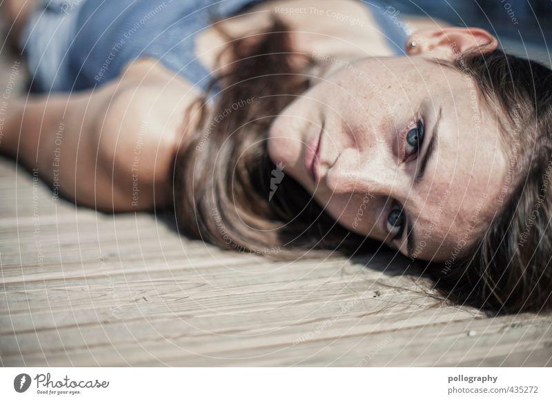1, 2 oder 3 (II) Mensch feminin Junge Frau Jugendliche Erwachsene Leben Körper Kopf 18-30 Jahre Sommer Schönes Wetter Holzfußboden T-Shirt Haare & Frisuren
