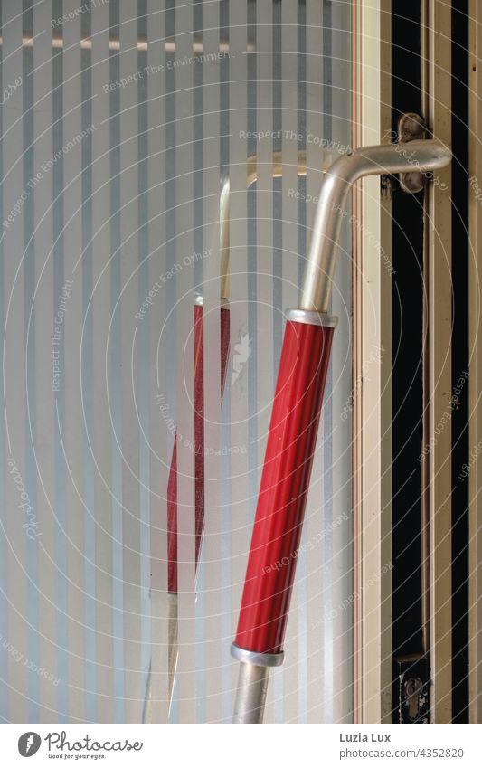 Eine alte Ladentür, noch immer elegant - Griff in leuchtendem Rot Tür rot Außenaufnahme geschlossen Eingang Eingangstür Schloss Detailaufnahme Türschloss