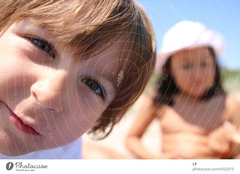 Kind schaut direkt in die Kamera echte Menschen Kindererziehung Aufsicht Eltern Sicht Auge geheim Zufriedenheit geheimnisvoll jugendlich einzigartig