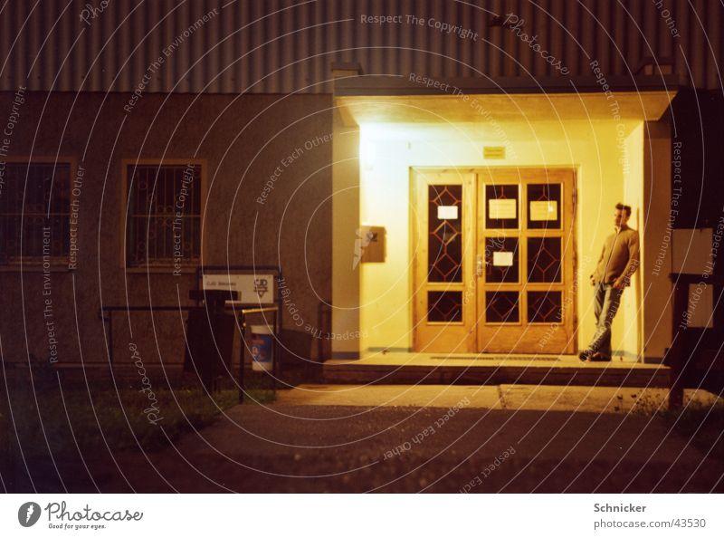 Nacht nachdenklich 2 Mensch Mann Beleuchtung Eingang Nachtaufnahme