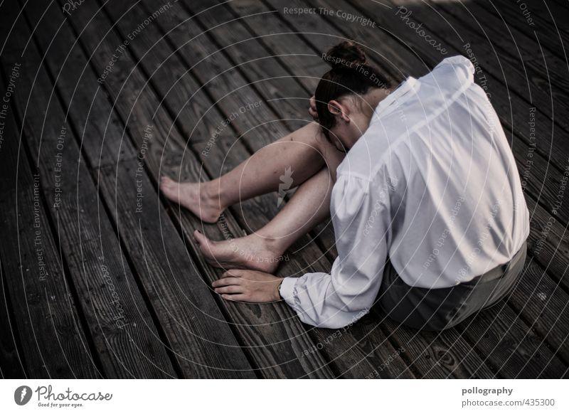 sad Mensch Frau Jugendliche Einsamkeit ruhig Junge Frau Erwachsene 18-30 Jahre Leben Gefühle feminin Traurigkeit Holz Mode Körper Trauer