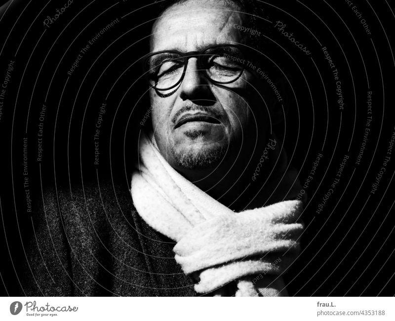Genießen Schal kalt sitzen Winter Brille Mann Gesicht Porträt Sonne warm