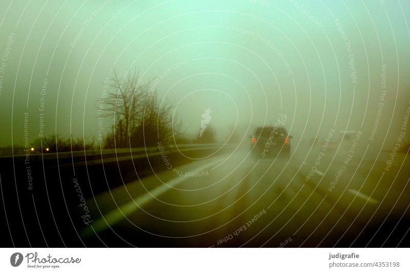 Autobahn verschwommen schlechte Sicht dunkel Licht Bewegungsunschärfe Autofahren Straße Verkehrswege Mobilität Fahrzeug Verkehrsmittel Straßenverkehr PKW