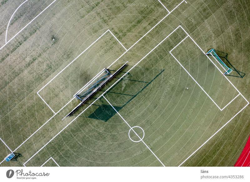 Sportplatz von oben Tore Ballsport Spielfeld Linie Menschenleer Rasen Fußballplatz grün Sportstätten Freizeit & Hobby Sportrasen Außenaufnahme Fußballtraining
