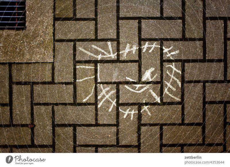 Pflastermalerei aussage botschaft farbe gesprayt grafitti grafitto illustration kunst mauer message nachricht park parole politik sachbeschädigung schrift
