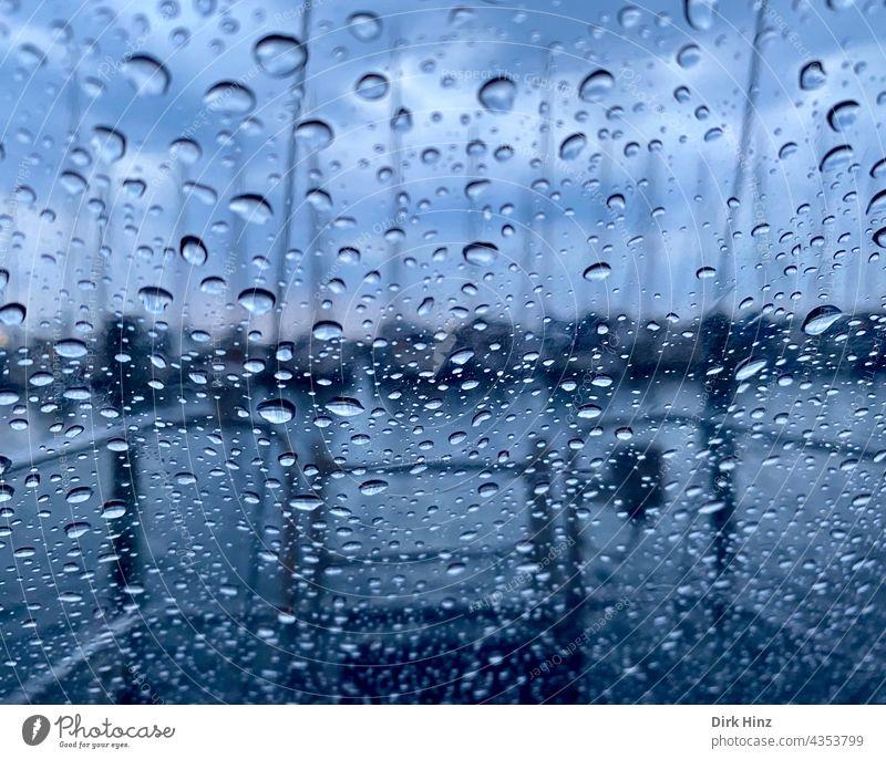 Blick aus einer Yacht bei Regen Regentropfen Fenster Yachting Wetter Heck Heckscheibe Wassertropfen Wassersport schlechtes Wetter Regenschauer Tropfen nass