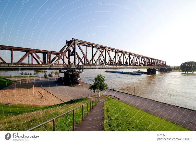 Hoch steht der Rhein brücke himmel historisch eisenbahnbrücke panorama rhein fluss baum hochwasser überflutung spielplatz horizont Ufer uferpromenade geländer