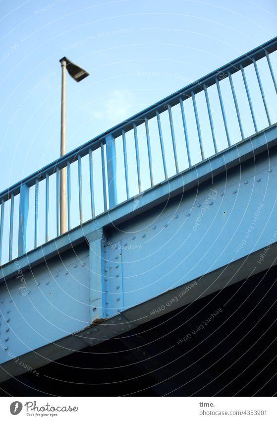 Geschichten vom Zaun (105) brücke metall blau himmel schutz sicherheit stahl historisch zaun lampe straßenlaterne geländer