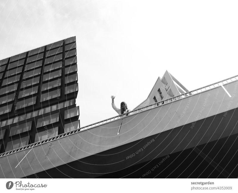 [PARKTOUR HH 2021] ...und täglich grüßt der photocasler :-) Architektur Hamburg Hafen City Hafencity Brücke Bauwerk Frau winken fröhlich schräg Schräger Vogel