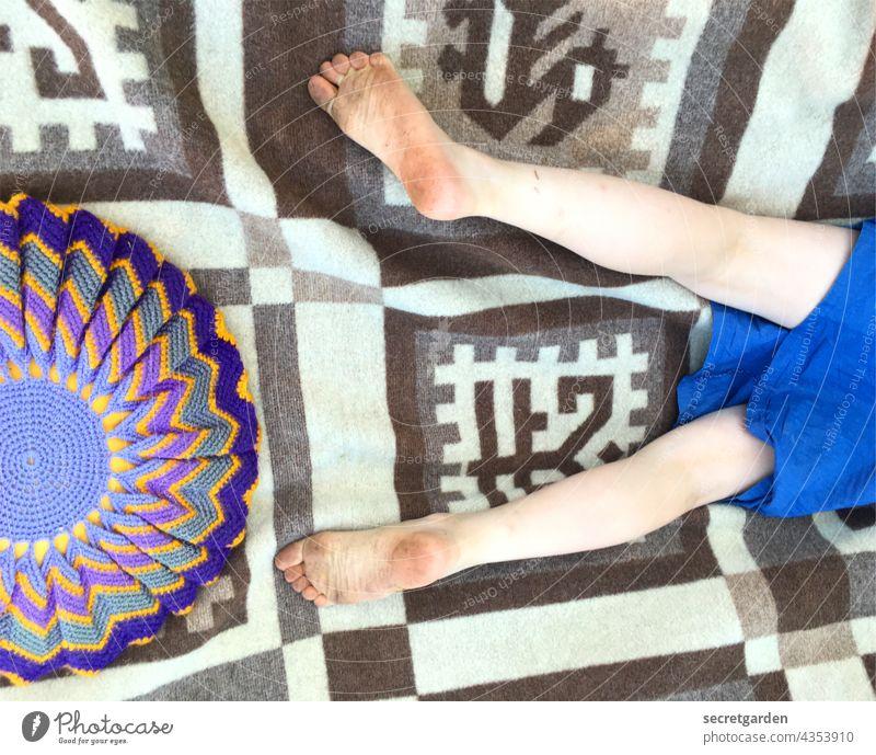 [PARKTOUR HH 2021] alles eine Frage der Perspektive. Kind Beine Decke Wolldecke Kissen retro Muster Mustermix Sommer entspannt Füsse dreckig Kleid