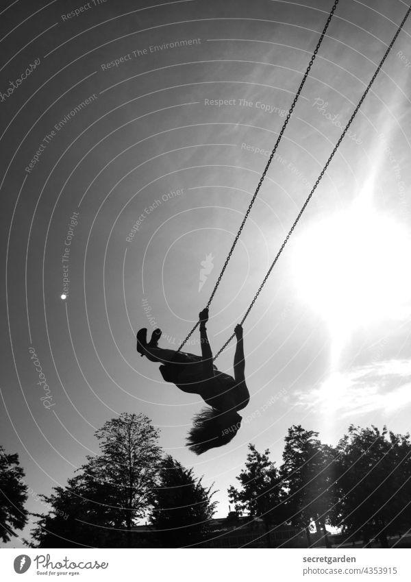 [PARKTOUR HH 2021] Himmelhochjauchzend Ausgelassenheit Freude Schwarzweißfoto Schaukel Frauen Spaß haben spass Glück Spielen spielerisch heiter loslassen