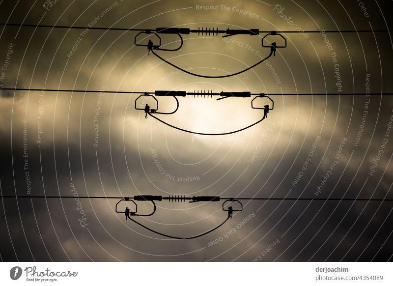 Drei parralell nebeneinander liegende Hochstammungsleitungen   im Abend Lichter Schein. Stromleitung Himmel Kabel Energie Technik & Technologie Hochspannung
