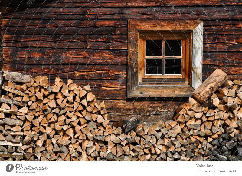 Fenster an einem alten Bauernhaus in den Alpen Haus Wand Mauer Holz braun Fassade retro Hütte ländlich Alm rustikal Holzhaus Holzhütte