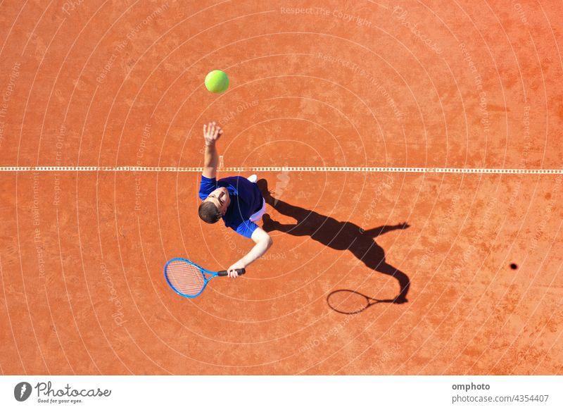 Luftaufnahme eines Tennisspielers beim Aufschlag mit Sprungabprall Spieler Ball dienen Rückprall Gericht schlagend Antenne schießen kampfstark Ass gewinnen