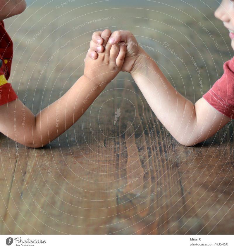 Stark Mensch Kind Hand Gefühle Spielen Junge Stimmung Kraft Kindheit Arme Erfolg niedlich stark Kleinkind anstrengen Muskulatur