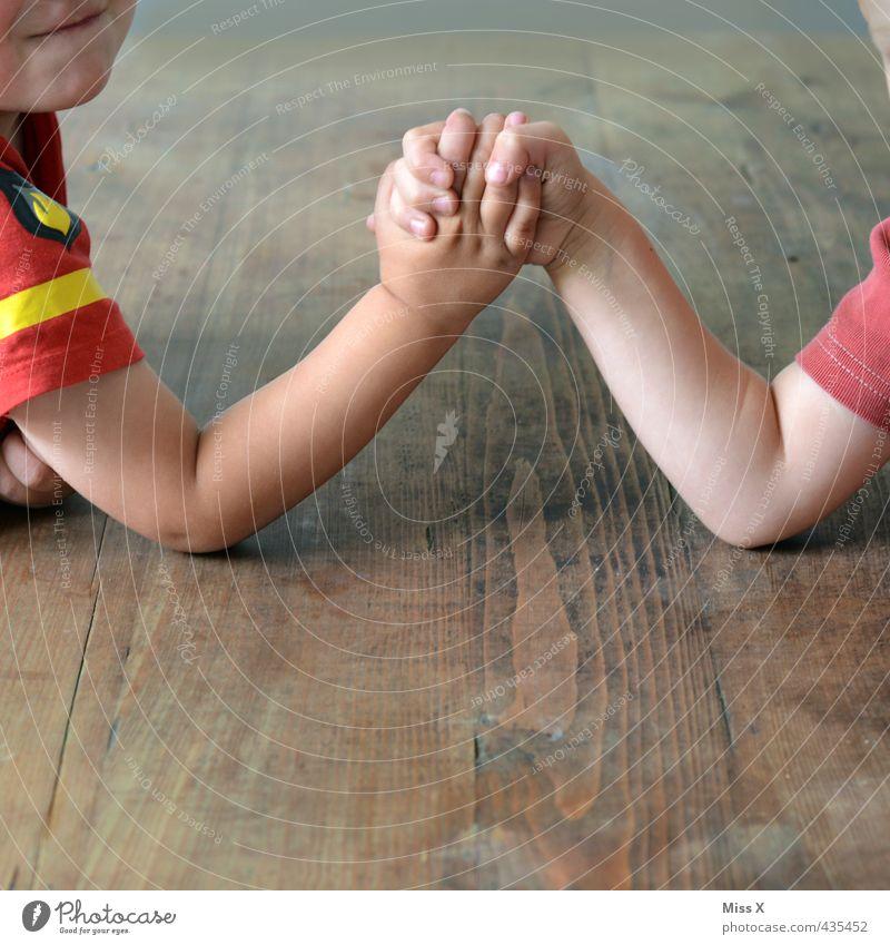 Jungs Mensch Kind Hand Gefühle Spielen Junge klein Freundschaft Stimmung maskulin Kraft Kindheit niedlich stark Kleinkind anstrengen
