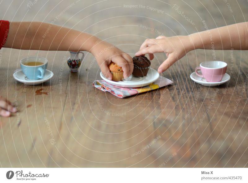 Teeparty Mensch Kind Hand Spielen klein Freundschaft Lebensmittel Kindheit Getränk Ernährung süß Spielzeug lecker Kleinkind Tee Frühstück