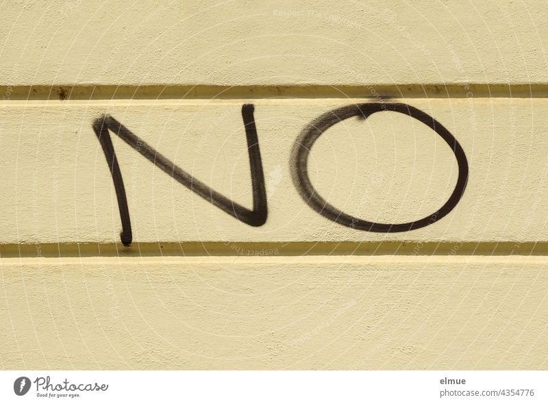 NO steht in schwarz an einer hellen Wand / Ablehnung / Stickstoffmonoxid nein Graffito Graffiti Schmiererei Vandalismus Formel Neinstimme Verneinung Fassade