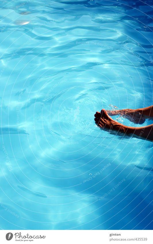 Füße im Swimmingpool Mensch Frau blau schön Freude Erwachsene Sport feminin Spielen Glück Schwimmen & Baden Gesundheit Fuß Körper Freizeit & Hobby glänzend