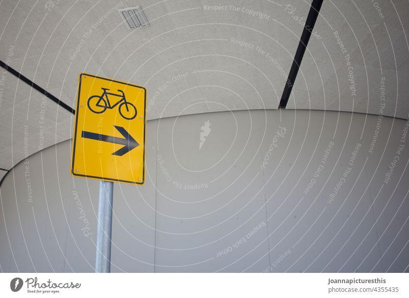 Verkehrsschild mit Fahrrad vor Betonwand Schild Schilder & Markierungen Verkehrsmittel Verkehrszeichen Straßenverkehr Hinweisschild Verkehrswege Stadt