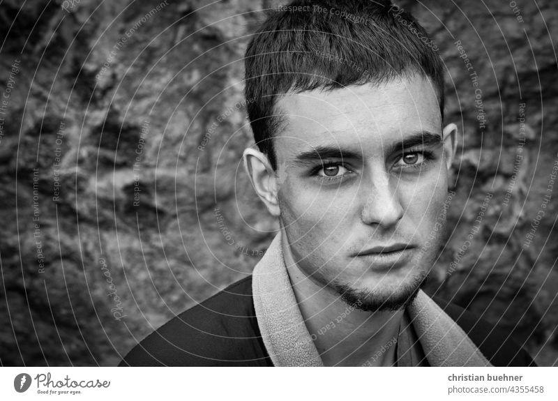 portrait eines jungen Mannes in schwarz weiss Porträt 20jahre teenager mann augen huebsch interessan ausdruck kuenstler musiker traurig intensiv sehnsuechtig