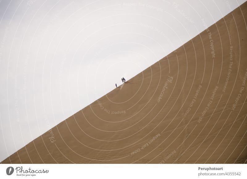 Spaziergänger in der Huacachina - Ica huacachina Sand wüst Landschaft Natur Spuren Person reisen Menschen trocken Düne laufen Dunes Namib heiß Berge u. Gebirge