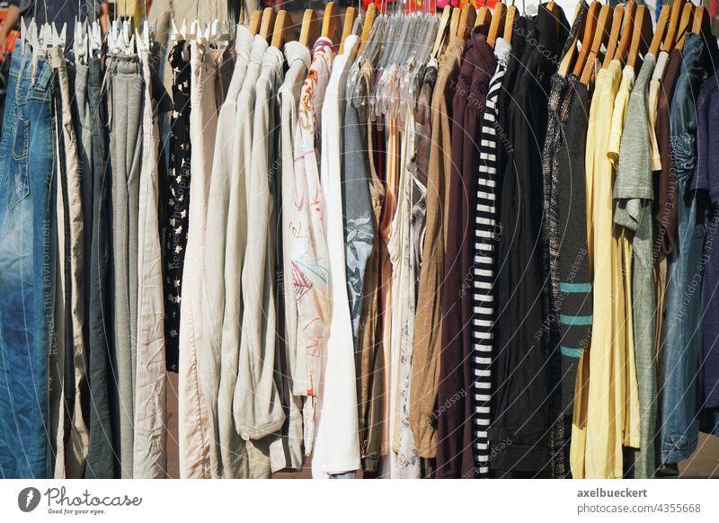 Kleiderstange mit Damenmode Bekleidung Mode Kleiderständer kleiderstange Kleiderbügel hängen Menschenleer Tag SHOPPING Einkaufen erdtöne Stil Kleidung