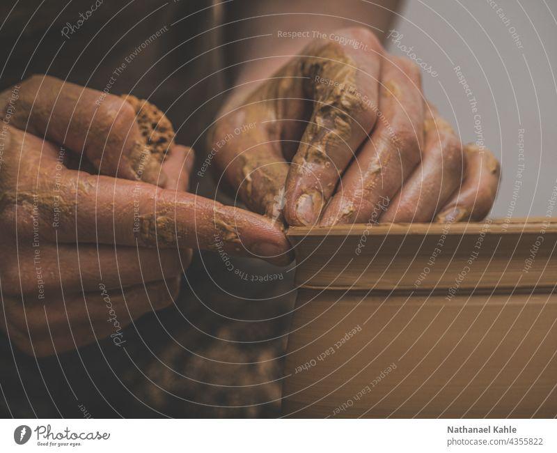 Closeup von Händen beim Töpfern auf der Drehscheibe Handwerk Kreativ Ton Keramik Hobby Kunsthandwerker Werkstatt Töpferwaren Arbeit Kunstgewerbler Drescheibe