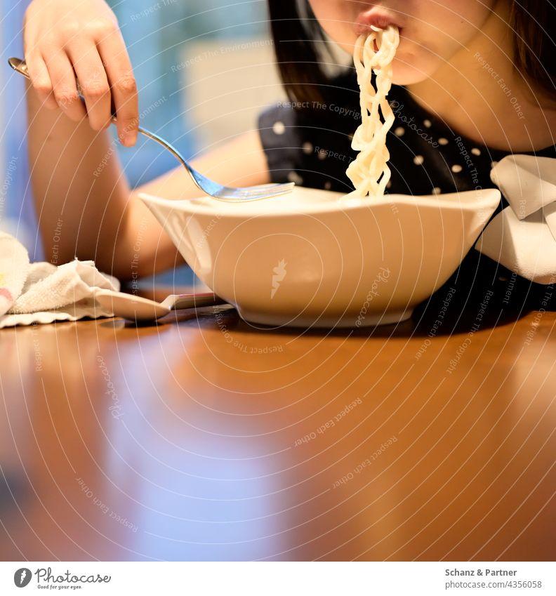 Kind schlurbst Nudeln essen Nudelsuppe Ernährung Essen Lebensmittel Farbfoto Mittagessen Familie Familienleben Abendessen Tisch