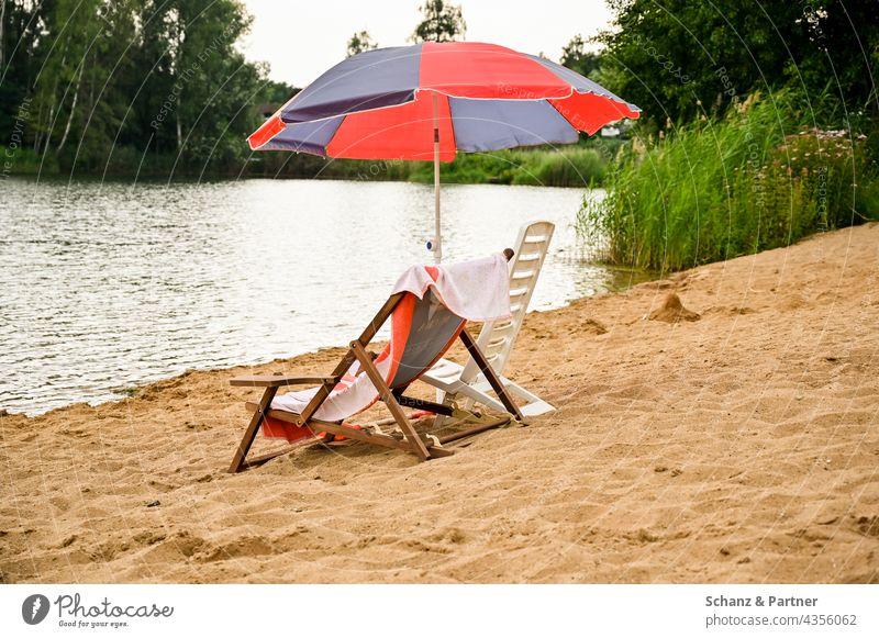 Liegestühle am Badesee Strand Sand Urlaub Strandbad Badestrand Sommer Meer Ferien & Urlaub & Reisen Sonne Schwimmen & Baden Erholung Tourismus Sommerurlaub