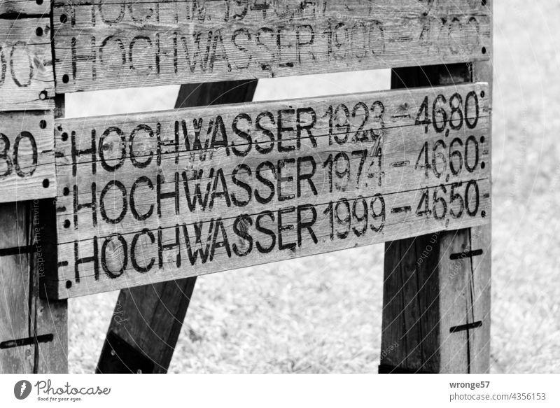 Historische Hochwassermarken der Elbe an einem hölzernen Turm bei Magdeburg Hochwassermarkierungen Pegelstände Überschwemmung historisch Fluss Außenaufnahme