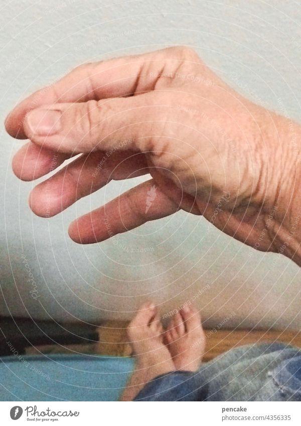 das hat hand und fuß Hand Nahaufnahme Detailaufnahme Innenaufnahme Sprichwort Finger rechts Mensch menschlich Bett Fuß Hand und Fuß Barfuß Erwachsene Erholung
