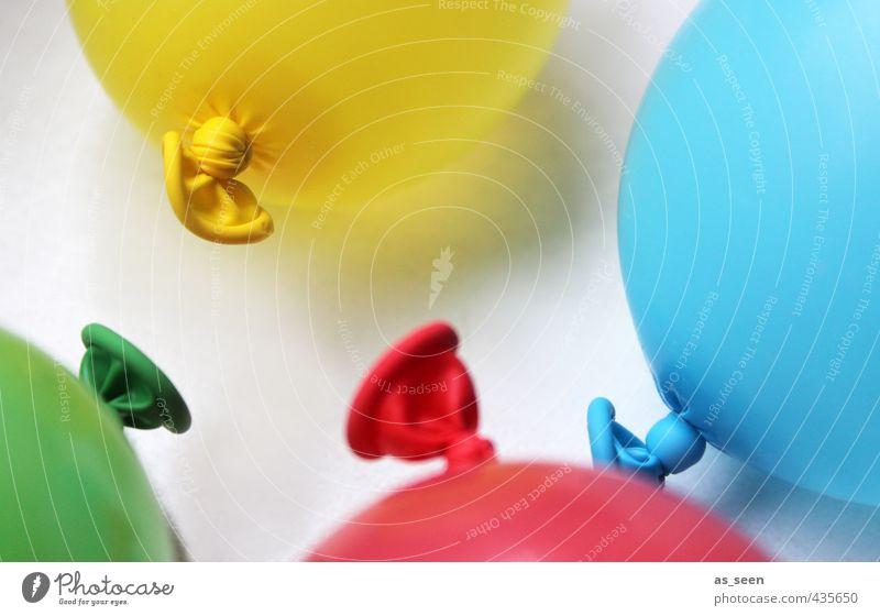 Meeting blau grün Wasser weiß Farbe rot Freude gelb Spielen Feste & Feiern Party fliegen Geburtstag Dekoration & Verzierung Fröhlichkeit ästhetisch