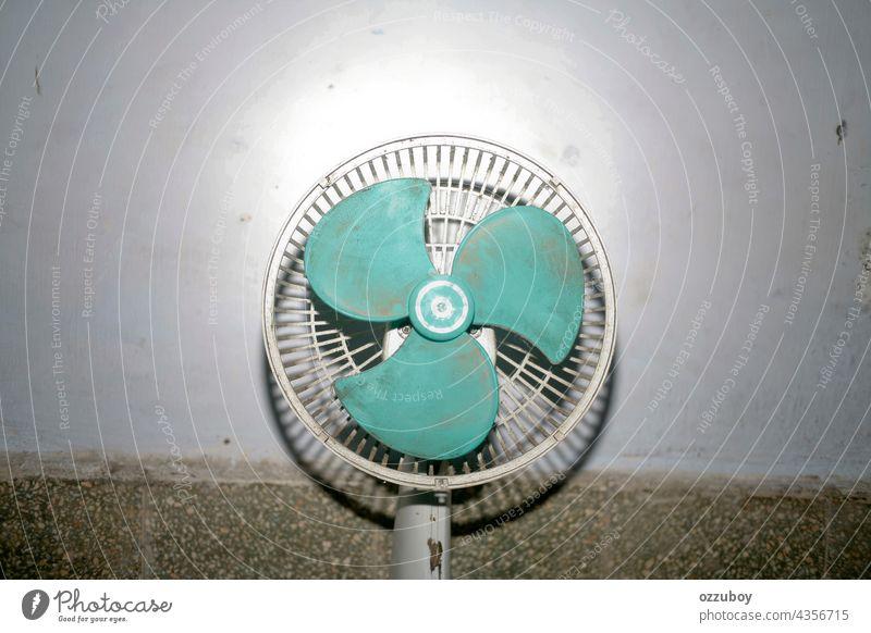 Defektes verschmutztes elektronisches Gebläse dreckig Ventilator elektrisch Air Gerät Objekt alt heimwärts retro weiß Hintergrund kühlen altehrwürdig Klinge