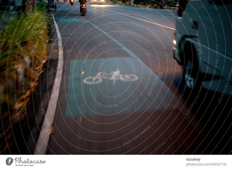 Fahrradwegweiser auf Asphalt Fahrspur Farbe Transport Symbol Großstadt reisen Weg Sicherheit Verkehr Route urban weiß Straße Zeichen Regie Mitfahrgelegenheit